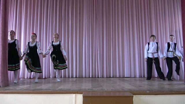 """Танец """"Смуглянка"""" 6В Школа #2 Псков. Полная версияhttps://youtu.be/M5iu9xuriZ4#танец #дети #children #dance"""